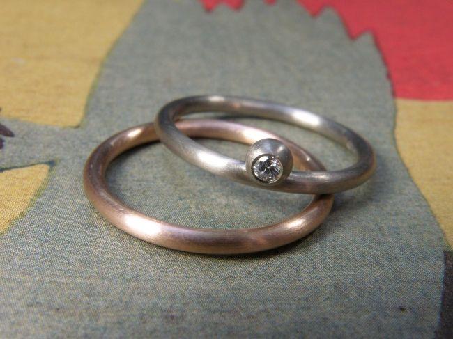 * wedding rings | oogst-sieraden * Trouwringen * Roodgoud ronde ring * 385 euro * Witgoud ronde ring met bol en 0,05 crt briljant geslepen diamant * 680 euro *