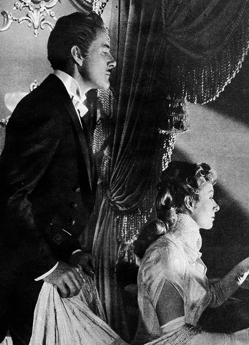 I can't think of anything i adore more than a Fine Periode Drama with a grey Templed Leading man and a beautiful Red Head : Errol Flynn and Greer Garson in That Forsyte Woman (1949)
