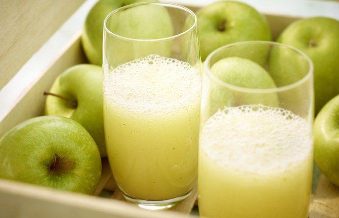 Apfel-Wacholder-Boost - 10 köstlich-cremige Smoothie-Rezepte - Zutaten für 2 Gläser: - 2 Äpfel - 6 Wacholderbeeren - 3 cm Ingwer - 250 ml Mineralwasser mit Kohlensäure Den Ingwer schälen und mit allen Zutaten...