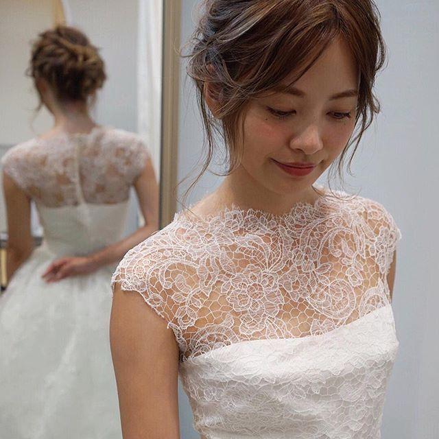今年最後のヘアアレンジは嫁ちゃんの髪の毛で☺️ ROSA CLARAのドレスが素敵☺️ スペインのドレスブランドで質感、ファッション性にも長けてる素敵なドレス* このドレスには本当はベルトも付いててベルトを付けてもすごく素敵なんです😂  本当にいいものは花嫁様に実物を見て、着て、感じてもらいたい🌿