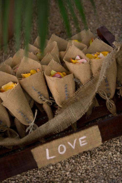Bolsitas con petalos de rosas para que tus invitados te reciban a la salida de la Iglesia.
