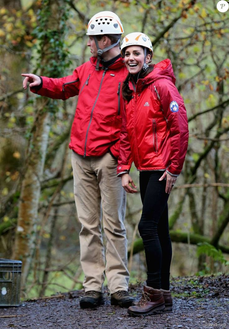 La duchesse de Cambridge, Catherine Kate Middleton et le prince William s'essayent à l'escalade lors d'une visite au Towers Residential Outdoor Education Centre le 20 novembre 2015 à Capel Curig.  CAPEL CURIG, UNITED KINGDOM - NOVEMBER 20: Catherine, Duchess of Cambridge ascends a climbing wall as she visits the Towers Residential Outdoor Education Centre on November 20, 2015 in Capel Curig, United Kingdom. The Towers is an outdoor education centre run by Wolverhampton Council providing…