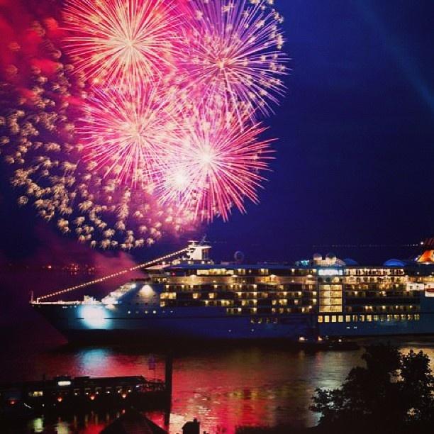 """Con fuegos artificiales bautizan el crucero 'Europa 2 """"en Hamburgo, Alemania. Del 09 al 12 de mayo el puerto de Hamburgo celebra su 824 aniversario.  Foto: EFE: Con Fuego"""