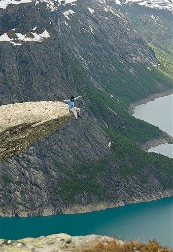 Image: Trolltunga rock in Norway (© via http://pics.deon.li/#home)