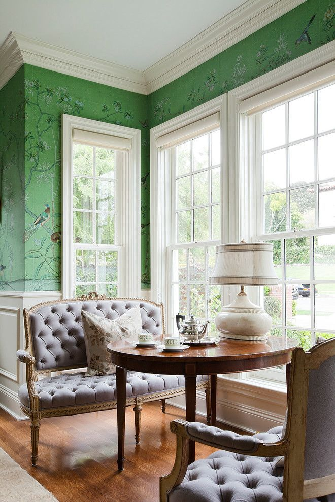 Зеленые обои в интерьере: как придать пространству свежести и 50+ лучших сочетаний http://happymodern.ru/zelenye-oboi-v-interere-55-foto-kak-sdelat-komnatu-uyutnoj/ Традиционная американская столовая: узкие высокие окна с римскими шторами, элегантные диваны, лакированный деревянный стол и зеленые обои с рисунком Смотри больше http://happymodern.ru/zelenye-oboi-v-interere-55-foto-kak-sdelat-komnatu-uyutnoj/