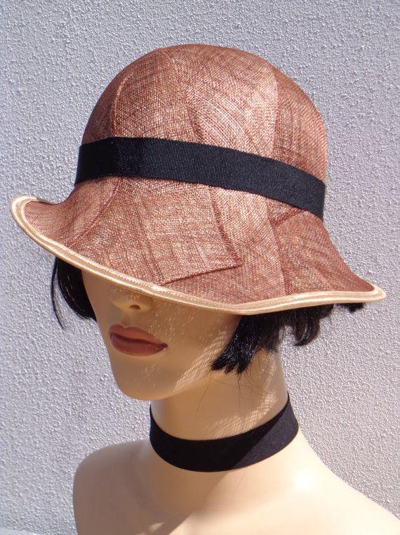 Retro bruine dameshoed met een zwarte band, hoed van sisal (sinamay), partyhoed, trouwhoed, huwelijk, bruiloft, cloche hoed geïnspireerd op de jaren