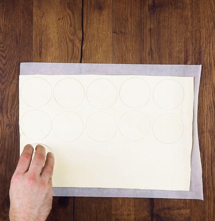 Corte 33 círculos em uma massa folhada e dobre-os em formato de tortellini: essa receita é de encher os olhos e o estômago.