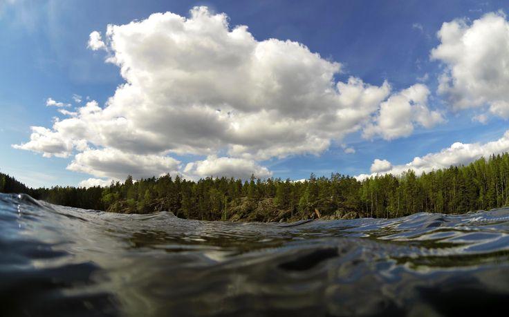 Viileähkön kesäkuun alun jälkeen tuntuu hyvältämuistella toukokuun lämpöä: kuinka Etelä-Suomenjärvet muuttuivat linnunmaidoksi ja tarjosivat kaikille uinti- ja vesiretkeilystä nauttiville paratiisimaisen kauden alun. Muistellaan hieman pidemmällekin, jotta päästään tämän vetisen jutunalkulähteille.Tammikuussa Suomessa vieraili walesilainen valokuvaaja Vivienne Rickman-Poole, jokakertoi uineensa kaikkina huhtikuun päivinä Snowdonian kansallispuiston järvissä jo monen vuoden ajan…