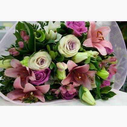 Μπουκέτο λουλουδιών με λίλιουμ οριεντάλ, αλστρομέρειες, μπράσικες, τριαντάφυλλα και πρασινάδα.