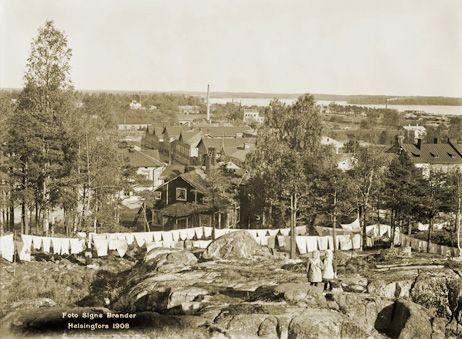 Kuvattu Vilhovuorelta koilliseen. Keskeltä hieman vasemalla poiskulkeva katu on Sibyllegatan (nykyinen Pääskylänrinne). Signe Brander 1908.