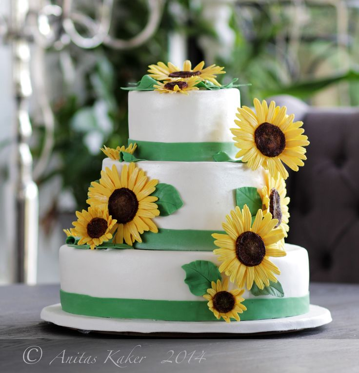 bryllup Solsikke Weddingcake with sunflowers, all edible :D My first wedding cake, and my first 3 tier:)