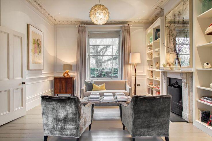 AL SECONDO PIANO Look un po' più formale, ma sempre confortevole, per il piccolo soggiorno al piano superiore, dove tutti gli arredi e le finiture sono tono su tono. Tra i pezzi più interessanti, una coppia di poltroncine in velluto delavée, lo specchio anticato
