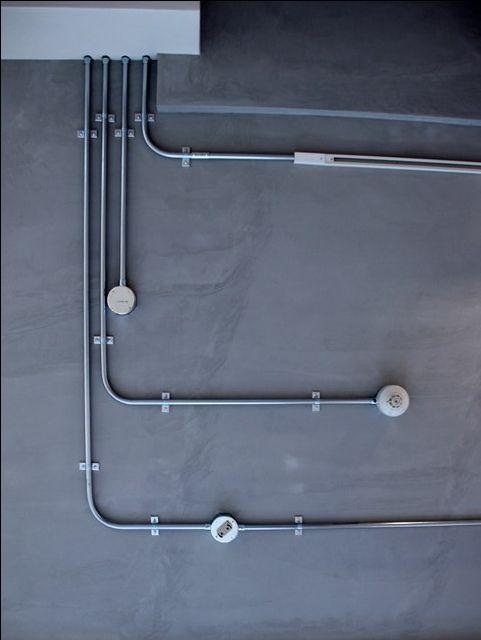 床を無垢材にしたため床上げしました。天井高を確保するため天井はスラブ現しで電気は露出配管です。この道具で配管を曲げます。前にやった時は初めてやる若い職人さ...