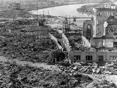 """¿Qué sucedió el 6 de agosto de 1945 en Hiroshima?_____ Hiroshima El 6 de agosto de 1945, cuando estaba a punto de terminar la Segunda Guerra Mundial, una bomba de uranio llamada """"Little Boy"""" fue lanzada por el mítico avión Enola Gay sobre Hiroshima (Japón) y causó más de 100.000 muertes, además de destruir la ciudad."""