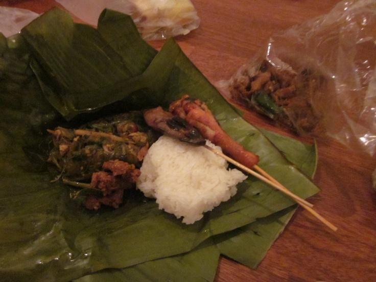 Salah satu makanan jalanan di Chiang Mai, Thailand. Nggak tahu namanya, tapi kayak nasi rames lah. Hanya, nasinya nasi ketan. Murah: ini semua sekitar 200 Baht. Dari pasar kaget makanan Doi Suthep, yang buka setiap sore hingga sekitar pk 10 malam.