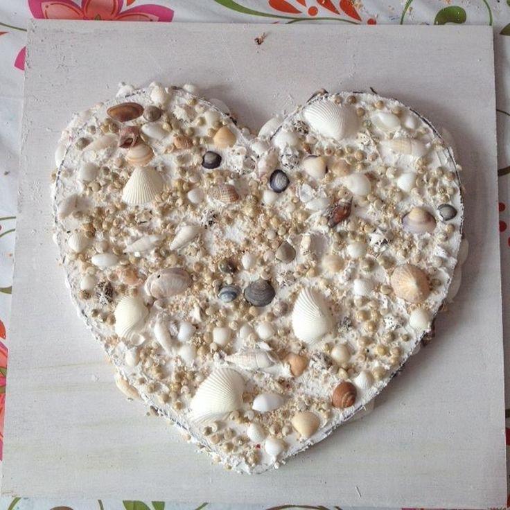 Foto: Een schelpen hart gemaakt van piepschuim , gipslijm en schelpjes, gekleurd zand enz, Gemaakt door kinderen die meededen aan mijn workshop.. Geplaatst door Depaarseveer op Welke.nl