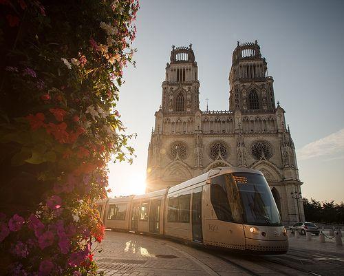 Le tramway devant la cathédrale d'Orléans.