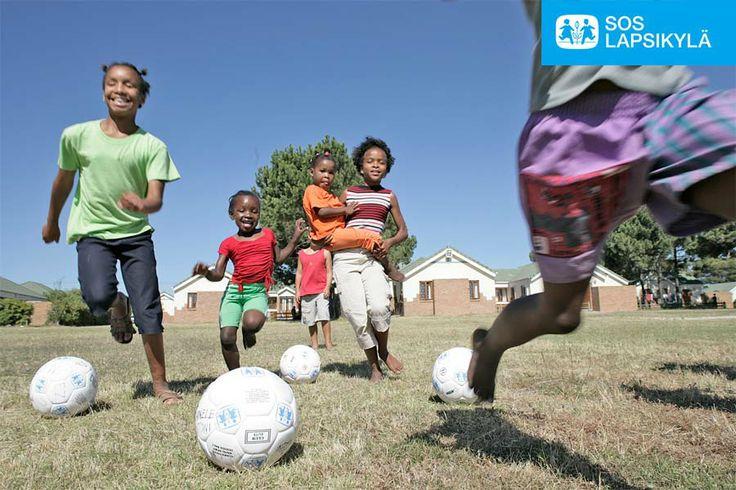 Etelä-Afrikassa kirmataan uusien jalkapallojen innoittamina. #jalkapallo #SOS-Lapsikylä #Etelä-Afrikka