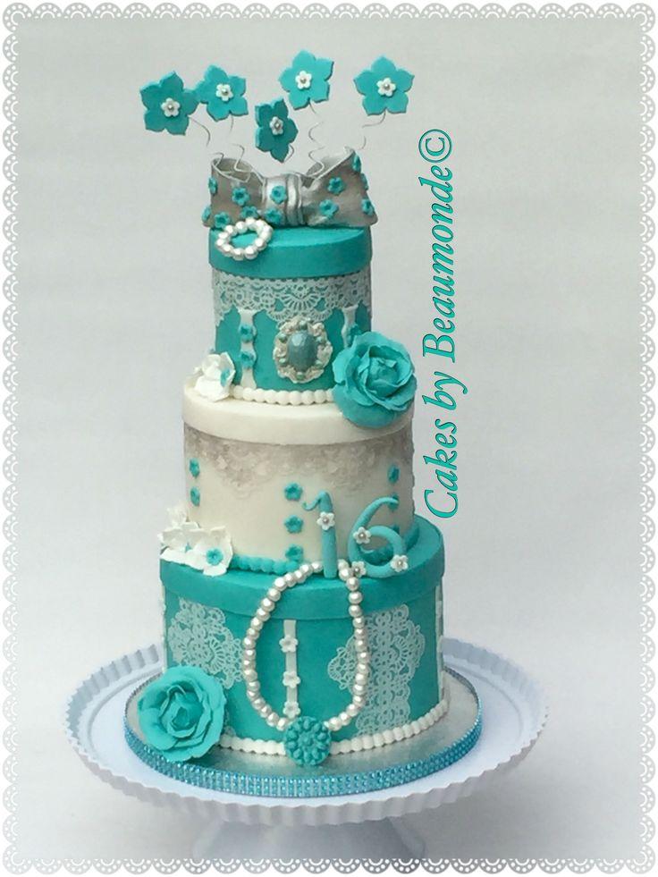 Sweet 16 taart met eetbaar kant, handgemaakte parelketting En suikerbloemen in wit en turkoois