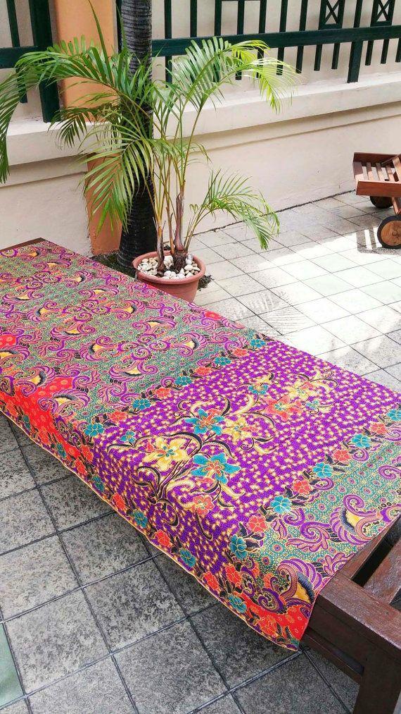 Etsy の インドネシア バティック 赤  緑  紫 下地 花柄プリント 生地 6 by FLOWERandFAIRY