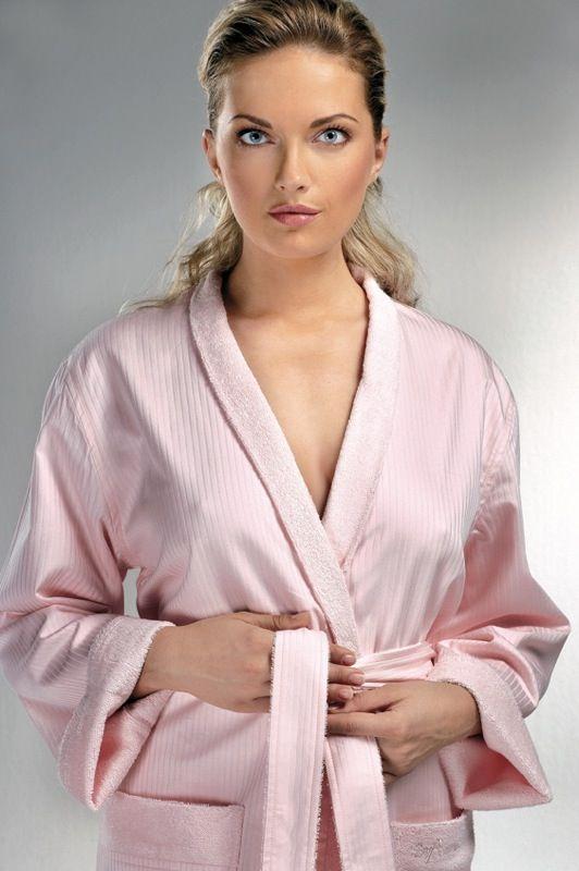Unisex župan je v ponuke vo farbe bielej a ružovej