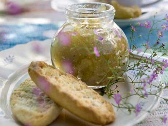 Gör en god marmelad på krusbär med smak av citron och vanilj. Ett enkelt recept som passar till mycket, exempelvis skorpor, rostat bröd eller till ostbrickan.