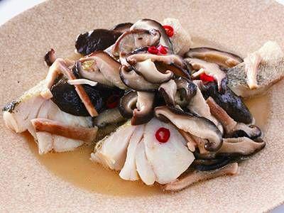 白身魚の塩きのこ蒸し レシピ 講師は小田 真規子さん フライパンでつくれるお手軽蒸し物です。淡泊な白身魚に「塩きのこ」のうまみとコクがよく合います。