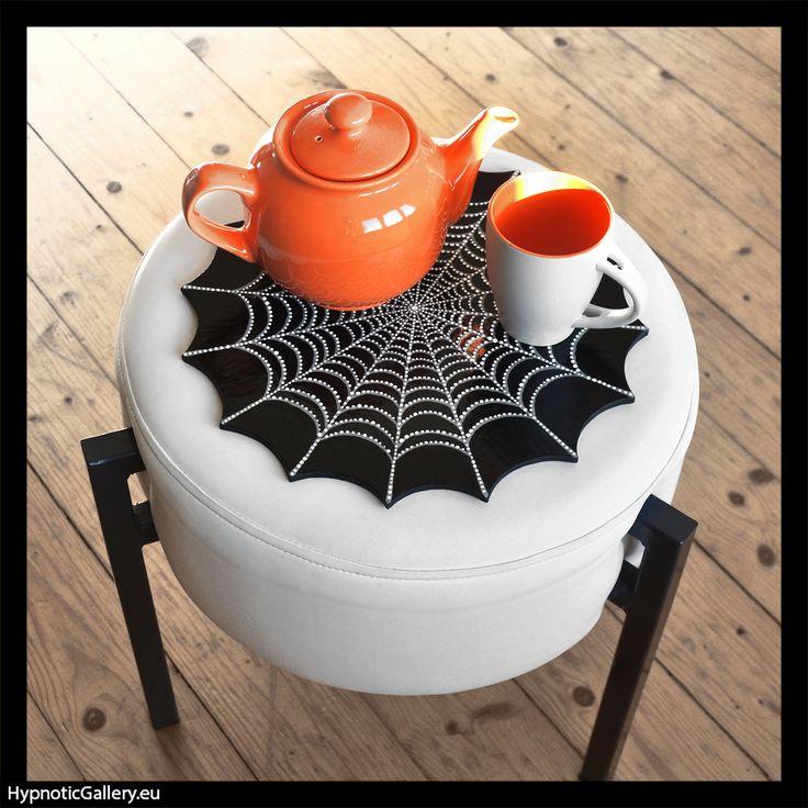Ceramic pouf table in shape of spider web. Ceramiczna nakładka na pufę w formie pajęczyny.