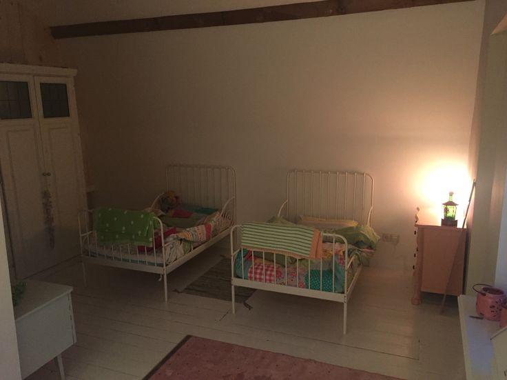 Meer dan 1000 idee n over tweeling meisjes kamers op pinterest meisjeskamers wanden met - Stapelbed kleine kamer ...