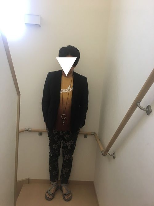 ジャケットで大人なコーデにしてみました! パンツはお気に入りの花柄パンツです(^。^) インナーのT
