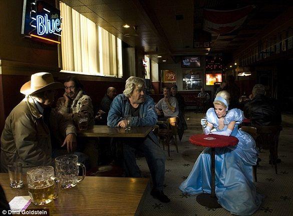 Prinţesele Disney sunt prezentate într-o serie cinică de fotografii realiste aparţinând fotografei Dina Goldstein: Albă ca Zăpada şi-a ratat căsnicia, Cenuşăreasa e alcoolică şi Scufiţa Roşie obeză. Poveştile pe care le ascultam şi