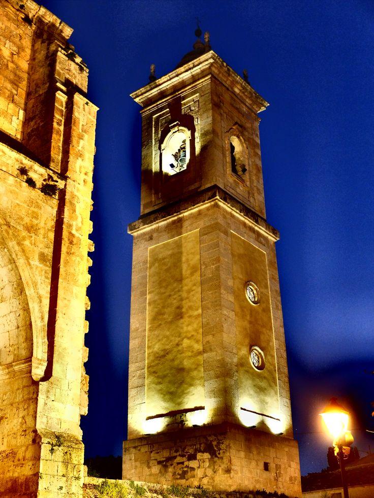 La torre de la Iglesia de la Asunción  de noche