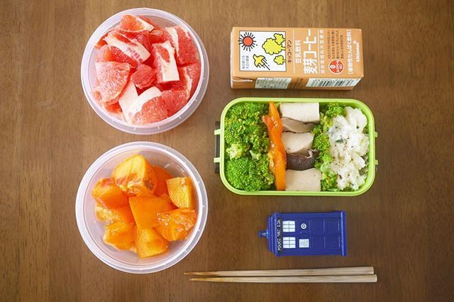 My lunch box for sports day the other day 🏃 To my horror we didn't have any rice so I had to do without 😱😭 The green box has broccoli, persimmons, koya-tofu, shiitake mushrooms and homemade potato salad 👌🏻The fruit was more persimmon and some pink grapefruit, not forgetting to pack some soy milk coffee 👏🏼 体育祭のお弁当!やはり体育祭だったので気合入れました笑 まさかのご飯が無かった😱なのでポテトサラダ、高野豆腐と椎茸、ブロッコリーを入れました!デザートには柿、ピンクグレープフルーツとコーヒー豆乳👏  운동화 의 도시락 💕 밥이 없었다 😱그래서, 브로콜리, 다카노 두부, 표고 버섯과 감자 샐러드를 넣었습니다 👌🏻👌🏻👌🏻디저트 는…