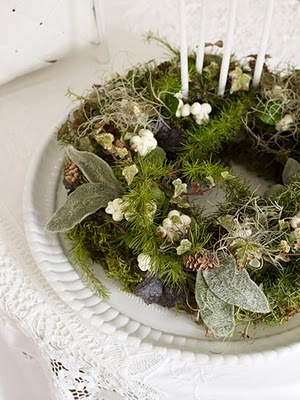 candle wreathDecor, Christmas Wreaths, Hege Greenallscholtz, Advent Tables, Green Christmas, Advent Calendar, Moss Gardens, Wreaths Ideas, Advent Wreaths