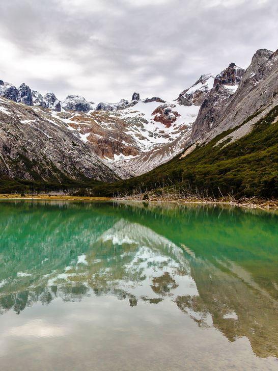 """Laguna Esmeralda (5km) + glaciar Ojo del Albino (2 km) Ir até o Vale dos Lobos e uns 200 m depois tem um alargado no acostamento com uns montes de terra e uma placa indicando """"Laguna Esmeralda"""". Da Laguna tem outra trilha que sobe até o glaciar Ojo del Albino."""