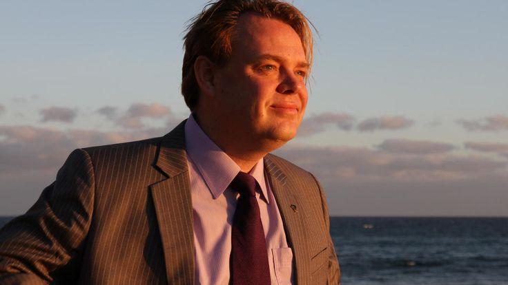 Piratería: El creador del Partido Pirata: En Islandia podemos gobernar, la gente está harta. Noticias de Tecnología. Tras la dimisión del primer ministro en Islandia por los papeles de Panamá, una fuerza política acapara la intención de voto: el Partido Pirata. Hablamos con su fundador