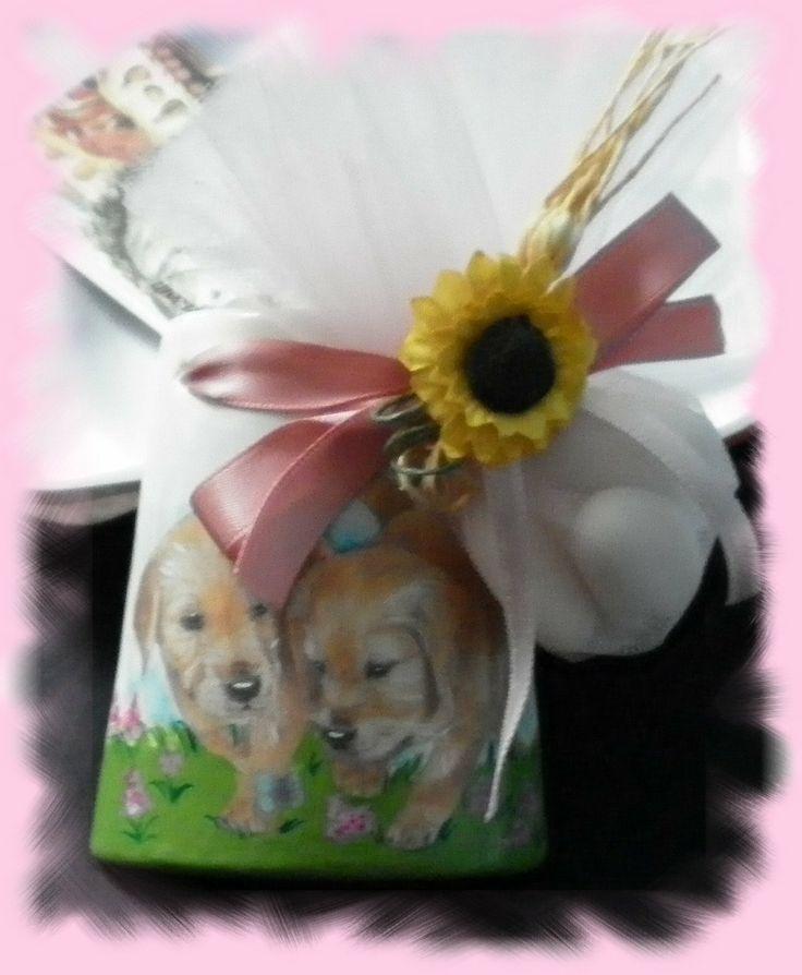 Bomboniera Comunione tegolina alta cm 8 in ceramica biscotto decorata con soggetti cuccioli