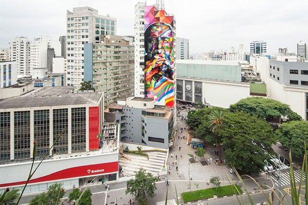Mural gigante celebra Oscar Niemeyer na avenida Paulista em São Paulo, SP. Um grande tributo a um homem maior. O artista plástico e muralista Eduardo Kobra finalizou um enorme painel em homenagem ao arquiteto, morto em dezembro de 2012, aos 104 anos de idade. Trata-se de um retrato policromático de 52 m de altura que orna uma das laterais de edifício no início da mais famosa avenida de São Paulo.  Fotografia: Alan Teixeira.
