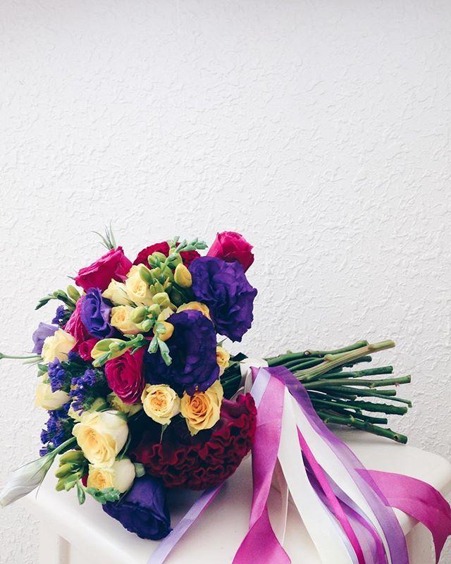 За сегодня даже дыхнуть было некогда, не то чтобы выставлять фото, не то что некоторые да @_coolya_ ?😂 У нас сегодня ещё одна красивая и яркая свадьба малиново-желто-фиолетовых цветах и красивая невеста 😍 #букет #букетневесты #weddingart #wedding_art_decor #wedart #fuchsia #yellow #purple #lilac #bouquet #флористкиев #букетневестыкиев #l4l #like4like #follow #followme #vsco #vscocam #vscoua #wedding #свадьбакиев