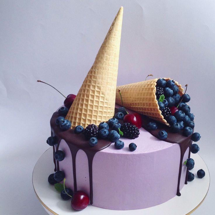 Шоколадный торт с шоколадным и сырным кремом с ягодами
