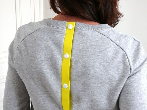 Tuto: comment customiser un sweat avec une bande de boutonnage