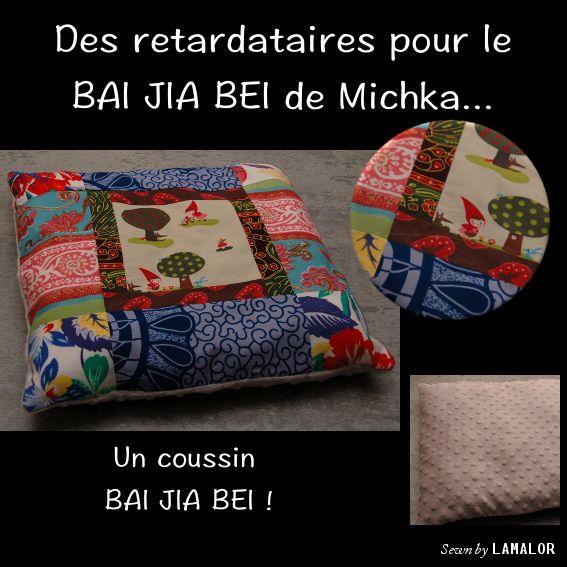 Coussin BAI JIA BEI Assemblé en janvier 2014 Dimensions : 40 cm x 40 cm  Dessous du coussin : Minkee à relief pois, gris souris Evènement : Naissance