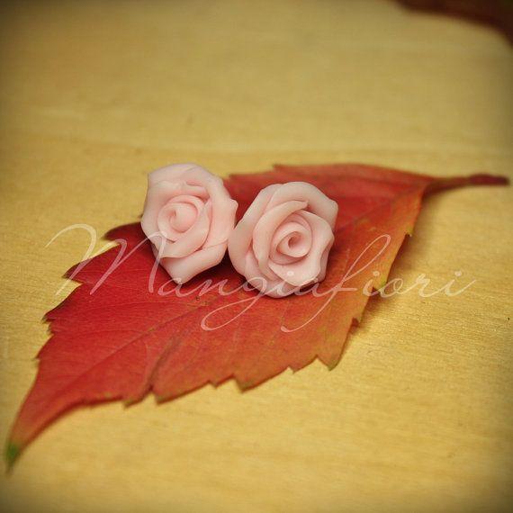 Orecchini a forma di rosa fatti a mano in fimo by Mangiafiori, €5.90