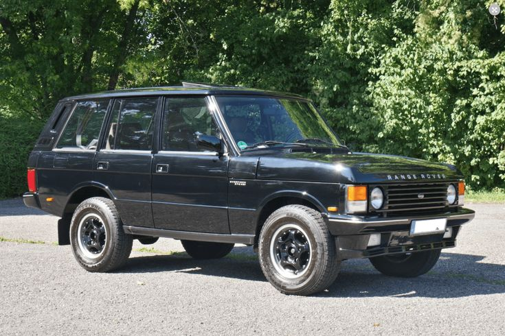 Deze Range Rover Overfinch 5.7 HSI uit 1994 in zwart met beige leren interieur wordt in Duitsland te koop aangeboden door DLS Automobile. Veel cooler gaat..