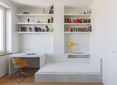 Hlavním prvkem zařízení dívčina pokoje je policový systém s integrovaným pracovním stolem a postelí.