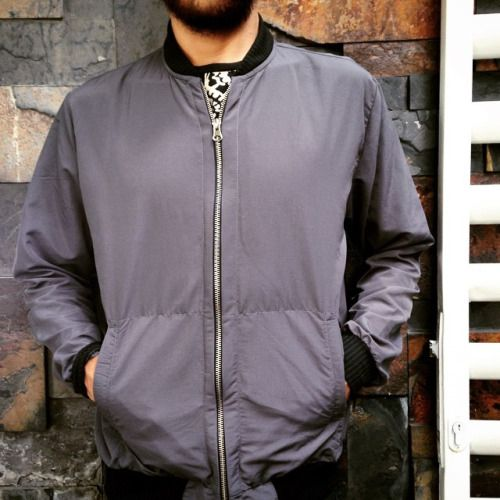 Vuelve la lluvia al país. Nuevas spring bomber jackets impermeables en gris y negro. #belikepardo (at Pardo)
