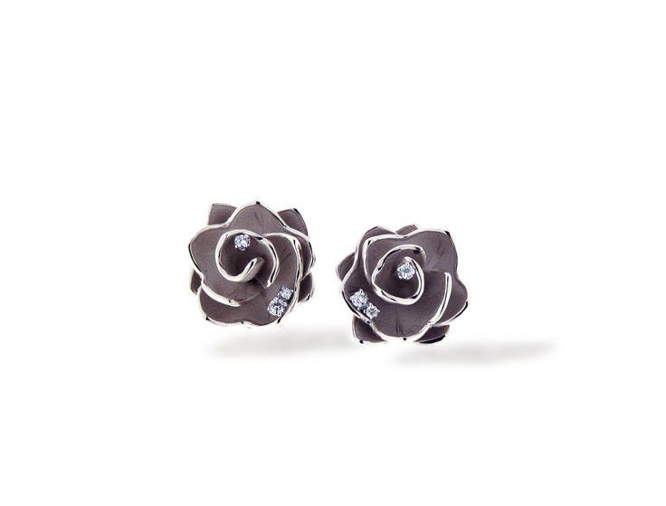 Ninphea Collection Flower black Gold earring with diamonds inspired nature // pendientes flor de oro negro con diamantes inspirado en la naturaleza www.art-jeweller.com