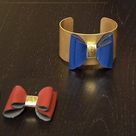 [ Vidéo ] Qui a dit que pour avoir un bracelet à la mode il fallait y passer des heures ? Voici un tuto on ne peut plus tendance et facile à faire ! >>> https://www.perlesandco.com/Realiser_une_manchette_noeud_en_simili_cuir-f-335-40.html?praPath=40 Un bracelet manchette, un noeud tout mimi et hop le tour est joué ! En collaboration avec Marie Claire Idées !