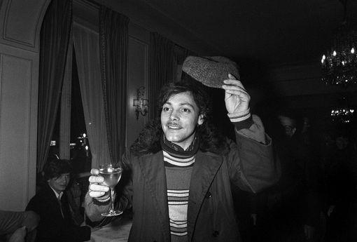 """L'acteur français, Patrick Dewaere, porte un toast lors de la remise du prix Louis Delluc au réalisateur Yves Boisset pour son film """"Le juge Fayard, dit le Sherif"""" dont il est le héros, le 14 janvier 1977, au Fouquet's à Paris."""