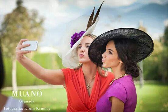 Invitadas elegantes de boda Muanó. Fotografía krum krumov